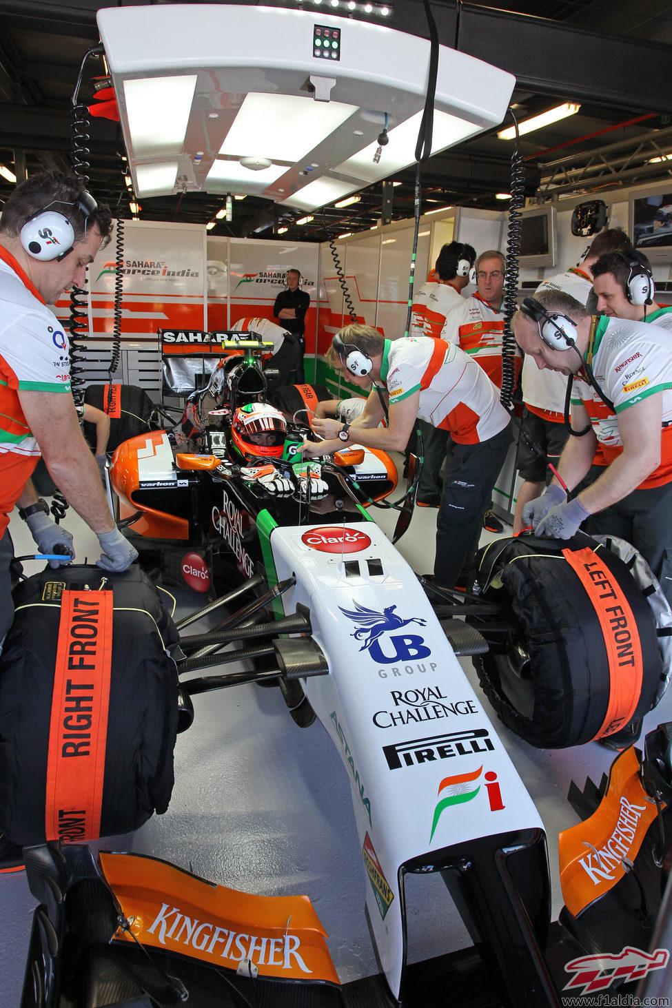 Sergio Perez en el garaje a punto de salir