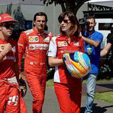 Fernando Alonso y Pedro de la Rosa caminan en el paddock