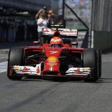 Kimi Räikkönen pasa por la zona de boxes