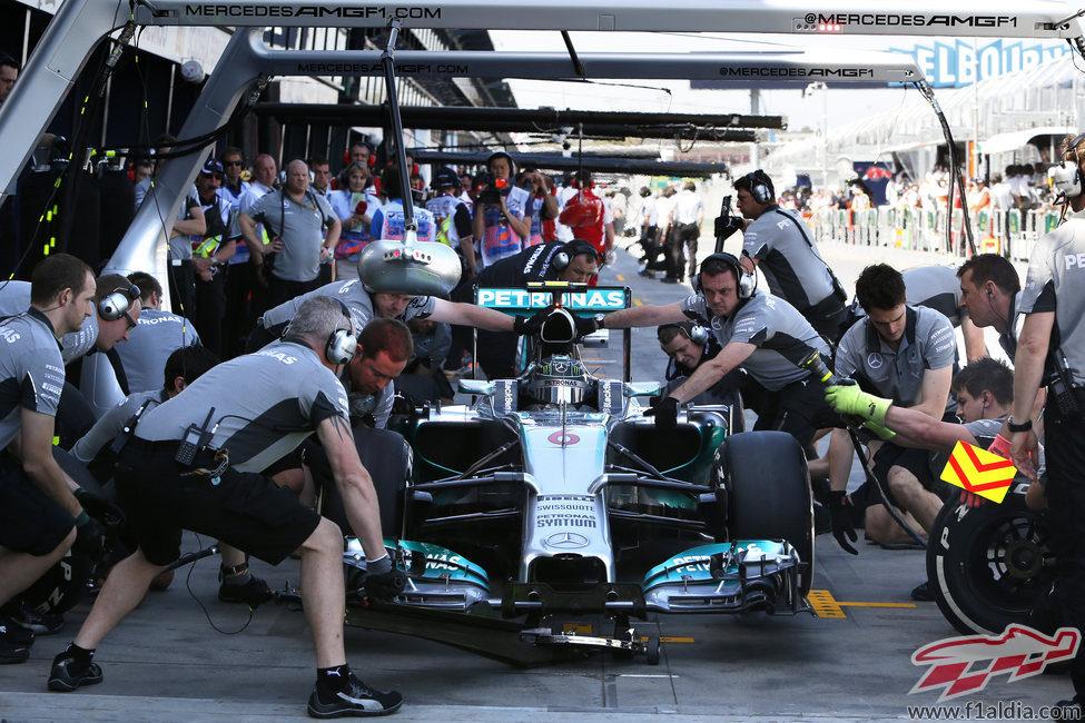 Nico Rosberg practica paradas en boxes