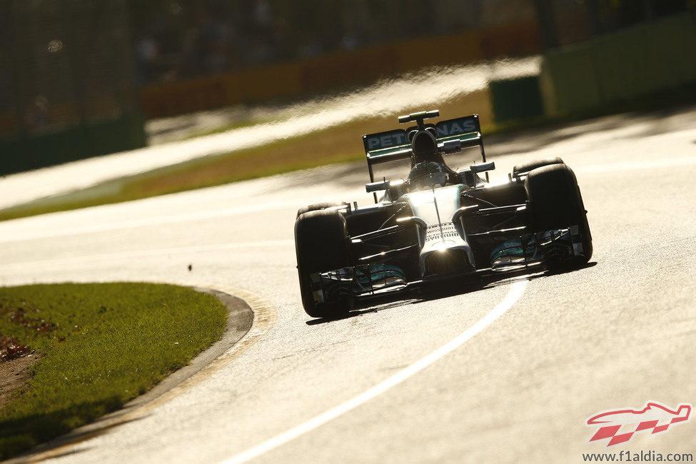 Sol en Melbourne para Lewis Hamilton