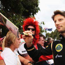 Romain Grosjean firma autógrafos antes de los libres