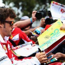 Fernando Alonso atiende a los aficionados
