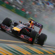 Daniel Ricciardo vuela sobre mojado