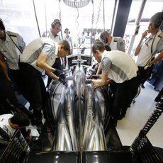 El equipo trabaja en el coche de Jenson Button