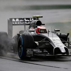 Kevin Magnussen rodando sobre la pista mojada