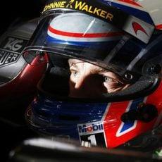 Jenson Button concentrado para conseguir el mejor tiempo
