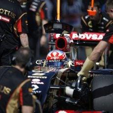 Romain Grosjean vuelve a boxes ayudado por los mecánicos