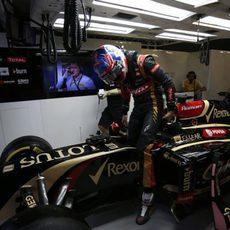 Romain Grosjean se baja del coche