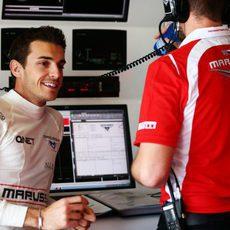 Jules Bianchi, sonriente en el box de Marussia en Albert Park