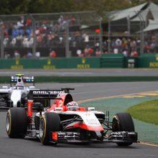 Jules Bianchi rueda delante de uno de los Williams