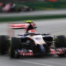 Daniil Kvyat perseguido a lo lejos por Jean-Eric Vergne