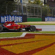 Fernando Alonso en una de las curvas del primer sector de Albert Park