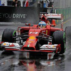 Fernando Alonso sale de boxes con el neumático intermedio