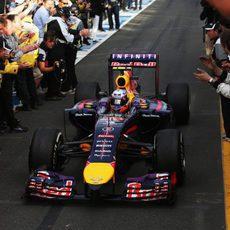 El RB10 de Daniel Ricciardo llega al parque cerrado