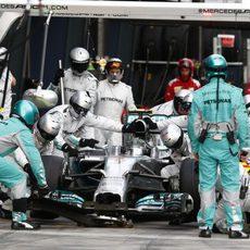 Nico Rosberg realiza su parada en boxes