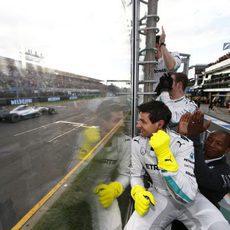 Mercedes celebra desde el muro la victoria de Nico Rosberg