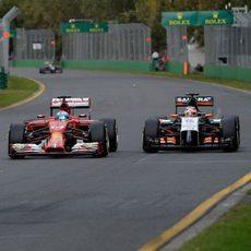 Fernando Alonso adelanta a Nico Hülkenberg