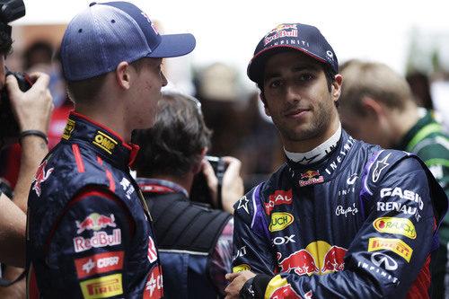 Daniel Ricciardo y Daniil Kvyat charlan antes de la carrera