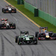 Marcus Ericsson pasando a Sebastian Vettel