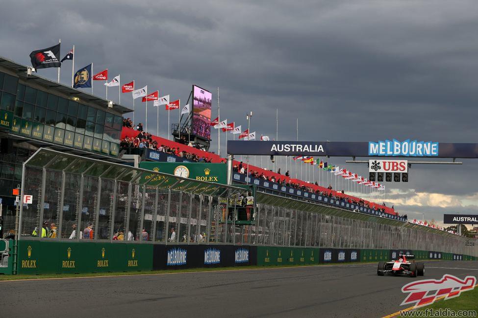 Jules Bianchi rueda sólo en la recta de meta de Albert Park