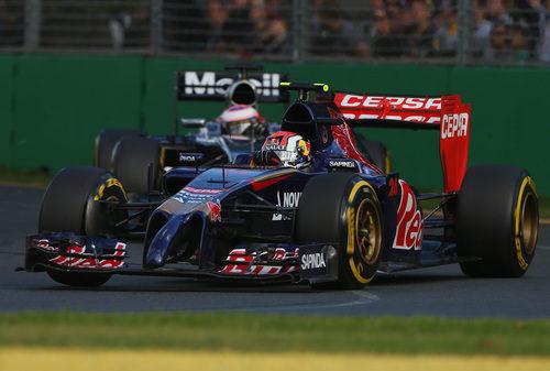 Daniil Kvyat por delante de Jenson Button