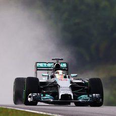 Lewis Hamilton atraviesa la lluvia con su Mercedes en Sepang