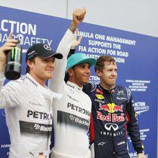 Lewis Hamilton levanta el pulgar celebrando su segunda pole de la temporada