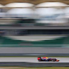 Sebastian Vettel afina el RB10 con el neumático duro durante los Libres 3 en Sepang