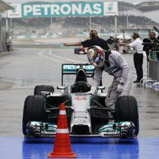 Lewis Hamilton se baja del monoplaza tras la clasificación en Sepang