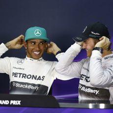 Lewis Hamilton y Nico Rosberg sonríen en la rueda de prensa tras la clasificación