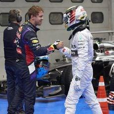 Sebastian Vettel felicita a Lewis Hamilton por haber conseguido la pole en Sepang