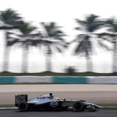 Jenson Button rueda con los medios en los libres 3