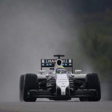 Felipe Massa rueda con los neumáticos de lluvia extrema