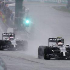 Los dos McLaren salen a pista