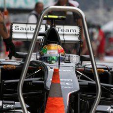 Esteban Gutiérrez detiene el monoplaza en la zona de paradas de Sauber