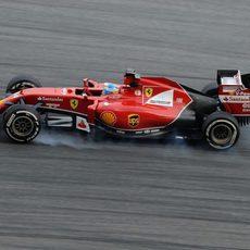 Fernando Alonso bloquea ruedas en Sepang