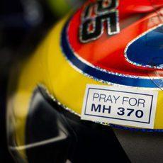 Detalle en el casco de Vergne por las victimas del MH370