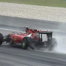 Mucha lluvia mientras Fernando Alonso conduce el F14-T