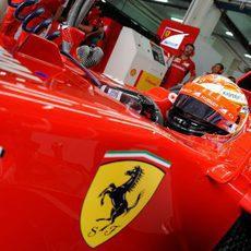 Kimi Räikkönen espera para salir al asfalto