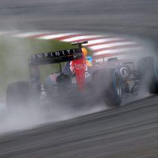 Sebastian Vettel intenta marcar el mejor tiempo con neumáticos de lluvia extrema