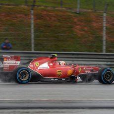 Kimi Räikkönen rueda en el asfalto mojado de Sepang