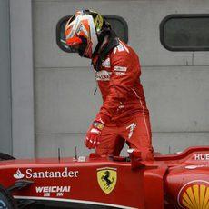 Kimi Ráikkönen se baja del coche después de terminar la clasificación