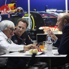 Bernie Ecclestone y Christian Horner charlan en Sepang