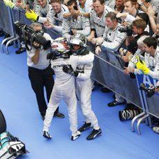 Los dos pilotos de Mercedes se abrazan al final de la carrera