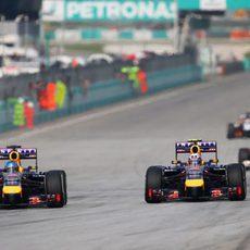Sebastian Vettel adelanta a Daniel Ricciardo