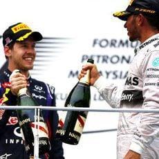 Brindis en el podio de Sebastian Vettel y Lewis Hamilton