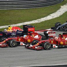 Alonso, Ricciardo y Räikkönen luchan en la primera curva