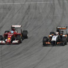Fernando Alonso lucha en pista con Nico Hülkenberg