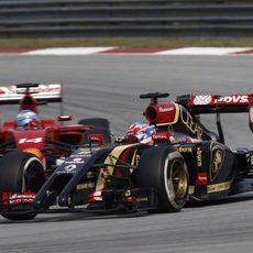 Fernando Alonso y Romain Grosjean luchan en Sepang